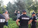 Протестиращи посрещнаха депутатите пред НС с яйца и домати