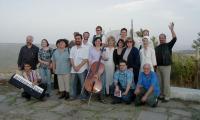 Участниците в литертурно-музикалната програма с оркестър Нов живот преди години