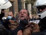 Служители на полицията арестуват участник в демонстрация, организираната по повод на бунтовете от 1973 г. срещу военната хунта - Атина, 17 ноември 2020 г.