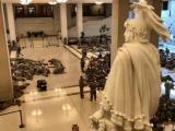 Войници си почиват в коридорите на Конгреса