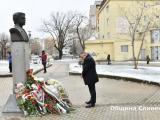 Цветя пред паметника на Васил Левски на площада, носещ неговото име поднесе кметът Стефан Радев