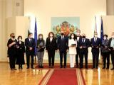 Президентът Румен Радев и вицепрезидентът Илияна Йотова с отличени медици и здравни специалисти