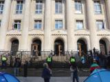 Пред Съдебната палата са разположени палатки на протестиращи, които искат оставката на главния прокурор Иван Гешев.
