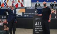 """Носителят на наградата LUX на публиката за 2021 г: Александър Нанау за филма """"Колектив"""""""