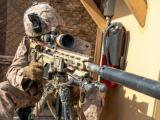 Американски войник охранява посолството на САЩ в Ирак.