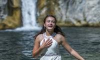 """Тийнейджърка изпълни песента от """"Козят рог"""" в планинските села Ичера и Медвен"""