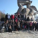 сборна група от 8, 9, 10 и 11 клас пред паметника на Г. Бенковски
